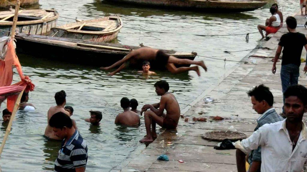 ガンジス川に飛び込むおじいさん