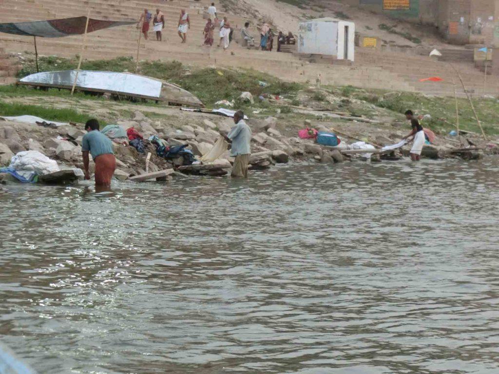 ガンジス川で洗濯する人
