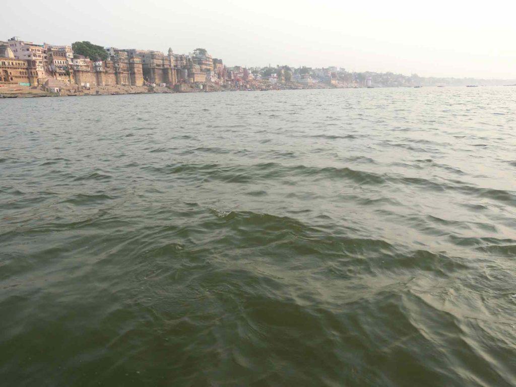 岸を遠く離れていくボート