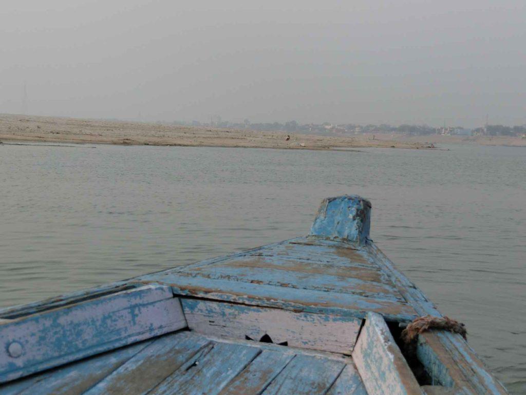 対岸へ向かうボート