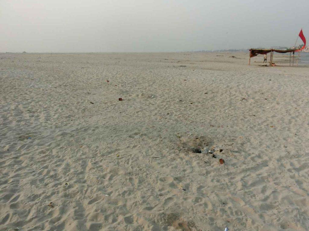 対岸の砂浜
