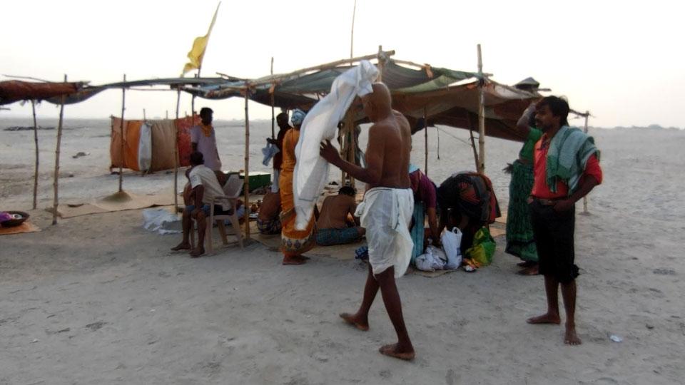 沐浴する南インド人