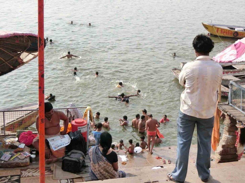 ガンジス川の朝の沐浴
