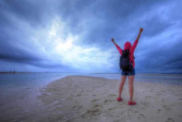 海で一人旅ガッツポーズ
