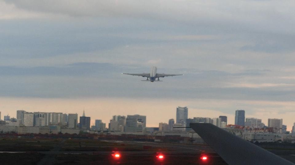 離陸する先行機