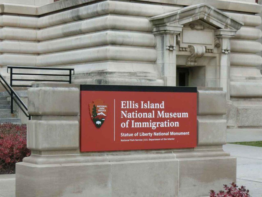 エリス島の看板