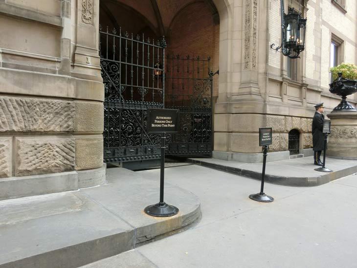 ダコタアパート入口