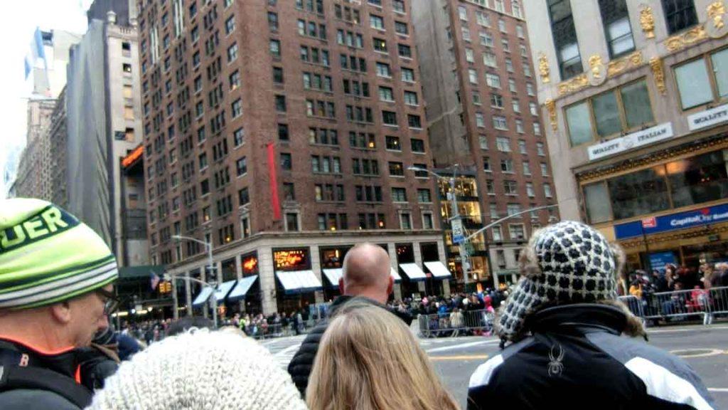 パレード待つ人々