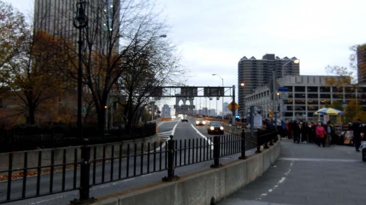 駅を降りて橋が見えた