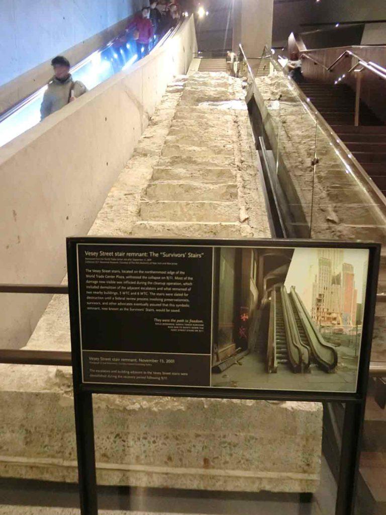崩壊した階段の展示